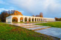 novgorod Ρωσία veliky Arcade του αρχαίου προαυλίου Yaroslav στην ηλιόλουστη ημέρα φθινοπώρου Στοκ φωτογραφία με δικαίωμα ελεύθερης χρήσης