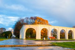 novgorod Ρωσία veliky Arcade του αρχαίου προαυλίου Yaroslav στην ηλιόλουστη ημέρα φθινοπώρου Στοκ Φωτογραφίες