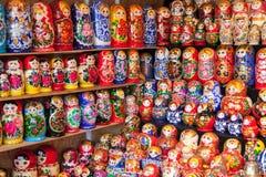 NOVGOROD - 10. AUGUST: Sehr große Auswahl von matryoshkas Russland Lizenzfreie Stockbilder