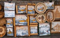 NOVGOROD - AUGUSTI 10: Det stora valet av ryskt handgjort souven Arkivbilder