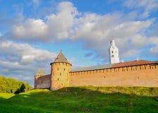 Novgorod der Kreml ragt in farbigen Herbstsonnenuntergang in Veliky Novgorod, Russland hoch Stockbilder
