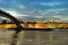 Novgorod der Kreml in Veliky Novgorod, Russland - Nachtansicht mit fallenden Schneeflocken Stockfoto