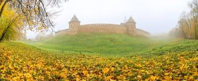 Novgorod el Kremlin en la niebla Imagenes de archivo