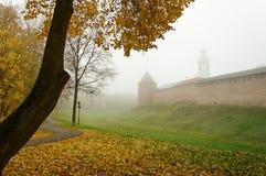 Novgorod el Kremlin en la niebla Fotos de archivo