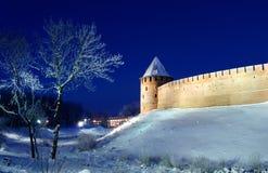 Novgorod el Kremlin por noche del invierno Foto de archivo