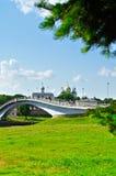 Novgorod el Kremlin y pasarela con la gente que camina a través del río de Volkhov en el día soleado del verano, Veliky Novgorod, Foto de archivo libre de regalías