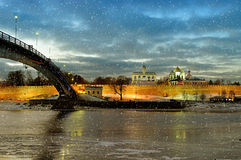 Novgorod het Kremlin in Veliky Novgorod, Rusland - nachtmening met dalende sneeuwvlokken stock foto