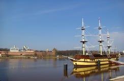 Novgorod Kremlin e Volkhov Immagine Stock