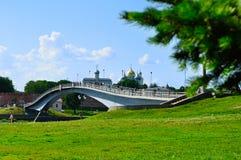 Novgorod Kremlin et passerelle avec des personnes marchant à travers la rivière de Volkhov dans le jour ensoleillé d'été, Veliky  Image stock