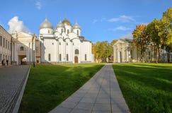 Novgorod Kremlin St Sophia Cathedral y la iglesia de la entrada en Jerusalén Fotografía de archivo