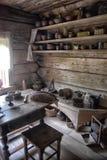 NOVGOROD, RÚSSIA - 23 05 2015: Interior de hous de madeira rural velho Fotos de Stock