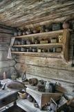 NOVGOROD, RÚSSIA - 23 05 2015: Interior de hous de madeira rural velho Fotografia de Stock