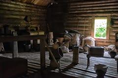 NOVGOROD, RÚSSIA - 23 05 2015: Interior de hous de madeira rural velho Imagens de Stock