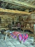 NOVGOROD, RUSIA - 23 05 2015: Interior de hous de madera rural viejo Imagen de archivo libre de regalías