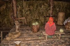 NOVGOROD, RUSIA - 23 05 2015: Interior de hous de madera rural viejo Fotografía de archivo libre de regalías