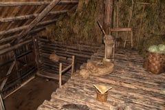 NOVGOROD, RUSIA - 23 05 2015: Interior de hous de madera rural viejo Foto de archivo libre de regalías