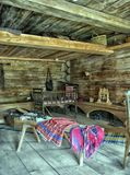 NOVGOROD, RUSSIA - 23 05 2015: Interno di vecchio hous di legno rurale Immagine Stock Libera da Diritti