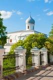 novgorod veliky的俄国 假定教会在Yaroslav庭院的晴朗的春日 免版税库存照片