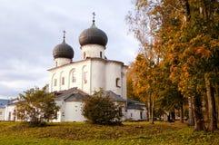 novgorod veliky的俄国 我们的多云秋天天气的夫人诞生的大教堂  库存图片