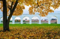 novgorod veliky russia Yaroslav Courtyard galleri och Novgorod kremlin fästning arkivfoton