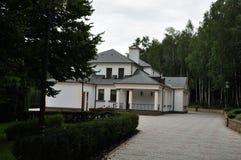 Novi Petrivtsi, Ukraina, träHonka, den tidigare uppehållet av presidenten av Ukraina Viktor Yanukovych i Mezhyhiria Arkivfoto