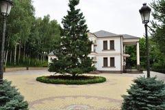 Novi Petrivtsi, Ukraina, träHonka, den tidigare uppehållet av presidenten av Ukraina Viktor Yanukovych i Mezhyhiria Royaltyfria Bilder