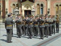 NOVI SAD APRIL 15th 2014 : Militär orkester av den serbiska armén i centret Royaltyfria Foton