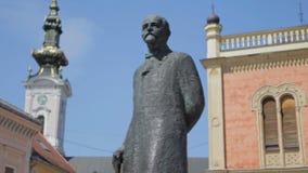 Novi Sad, centre de la ville, statue de Zmaj Jova banque de vidéos