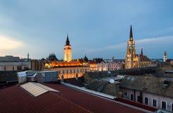 Novi Sad domkyrkor och tak av i stadens centrum stadsområde royaltyfri bild