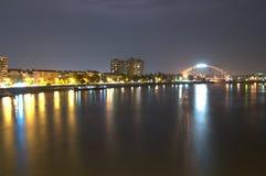 Novi Sad nattskott över floden för brodanube donau Royaltyfri Bild