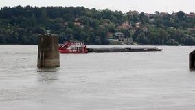 Novi Sad, Sérvia, 09 05 cargueiro 2018 na distância no rio vídeos de arquivo
