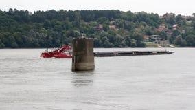 Novi Sad, Sérvia, 09 05 cargueiro 2018 na distância no rio video estoque