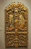 NOVI SAD, SÉRVIA - 13 de abril: Ícones cristãos de madeira na parede branca no museu fotografia de stock