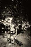 Novi Sad, Serbia 18 06 2017 / Bici parqueada con una lámpara de la noche y un banco mojado Fotos de archivo