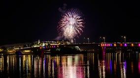 Novi Sad /Serbia - 12 de julho de 2018: Fogos-de-artifício na noite da inauguração do festival de música da saída fotos de stock royalty free