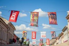 NOVI SAD, SERBIA - 11 GIUGNO 2017: Insegne e bandiera in vie principali di Novi Sad che annunciano il festival imminente dell'usc Immagini Stock Libere da Diritti