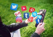NOVI SAD, SERBIA 17 MAGGIO 2016: Facebook, Gmail, Instagram, Wikipedia, YouTube ed altre icone dell'applicazione volanti da una c Immagini Stock Libere da Diritti