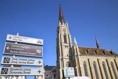 NOVI SAD SERBIEN - APRIL 03: Katolskt domkyrka- och turisttecken Arkivbild