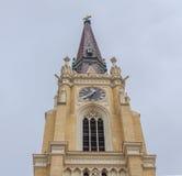 NOVI SAD, SERBIEN - 17. April Spitze der katholischen Kathedrale in der serbischen Stadt, Novi Sad Fotografierte in Novi Sad, Ser stockbild