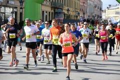 NOVI SAD SERBIEN - APRIL 03: Startande löpare, deltagare i t Arkivfoton
