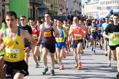 NOVI SAD SERBIEN - APRIL 03: Startande löpare, deltagare i t Royaltyfri Fotografi
