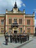 NOVI SAD SERBIEN - APRIL 15th 2014 : Den militära orkesteren av den serbiska armén i centrumpromenaden ståtar Royaltyfria Foton