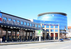 Novi Sad Serbien - februar 14, 2016: Besökare på den Novi Sad mässan Arkivfoto