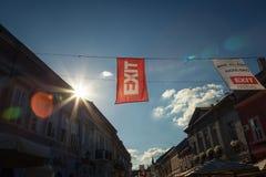 NOVI SAD SERBIEN - JUNI 11, 2017: Baner och flagga i Novi Sad huvudsakliga gator som meddelar den kommande utgångsfestivalen som  Arkivbild