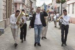 NOVI SAD, SERBIEN - 12. JUNI 2016: Rom-Band, die Musik während einer Hochzeit in der Hauptstadt des serbischen autonomen Provice  Lizenzfreie Stockbilder