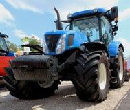 Novi Sad Serbien, 20 05 2018 mässa, ny blå stor traktor Royaltyfri Fotografi