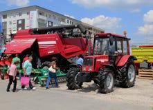Novi Sad Serbien, 20 05 Mässa 2018, splitterny skördearbetare och traktor Arkivfoto