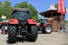 Novi Sad Serbien, 20 05 2018 mässa, splitterny Steyr traktor Arkivfoton