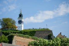NOVI SAD SERBIEN - MAJ 20, 2017: Clocktower av den Petrovaradin fästningen i Novi Sad, Serbien Royaltyfri Foto
