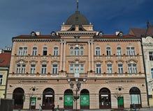 Novi Sad Serbien - mars 13th 2018: Bank på huvudsaklig fyrkant Fotografering för Bildbyråer